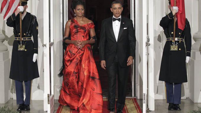 Michelle, ao lado de Obama, veste Alexander McQueen